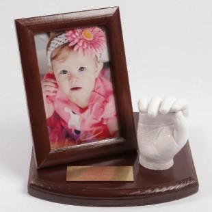 0-1 lat. Odlew gipsowy 3D rączki dziecka. Podstawka z ramką.
