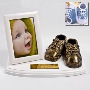 Metalizacja Twoich bucików na podstawce z ramką na zdjęcie