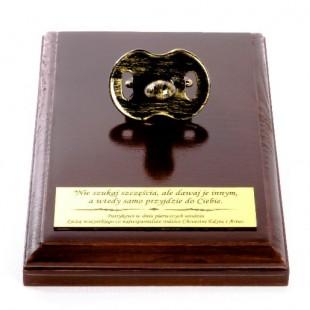 Metalizowany smoczek na drewnianej podstawce z Twoją dedykacją.