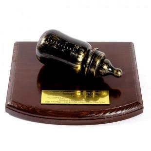 Butelka na drewnianej podstawce z Twoją dedykacją.