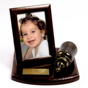 Pamiątka z Butelką na drewnianej podstawce z ramką na zdjęcie.