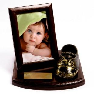 Pamiątka z Pantofelkami na drewnianej podstawce z ramką na zdjęcie.