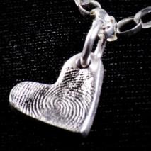 Małe srebrne serduszko z odciskiem linii papilarnych
