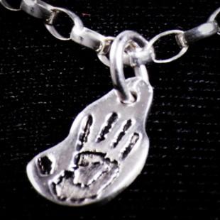 Biżuteria srebrna z odciskiem dłoni dziecka próby 999
