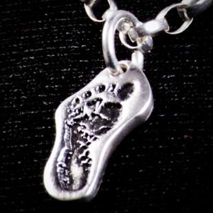 Biżuteria srebrna z odciskiem stopy dziecka próby 999
