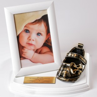 Pamiątka z Pantofelkiem na drewnianej podstawce z ramką na zdjęcie.
